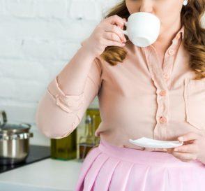 breastfeeding mom drinking chamomile tea